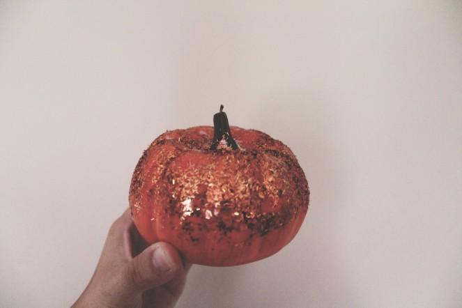 {creating cute pumpkins} glitter